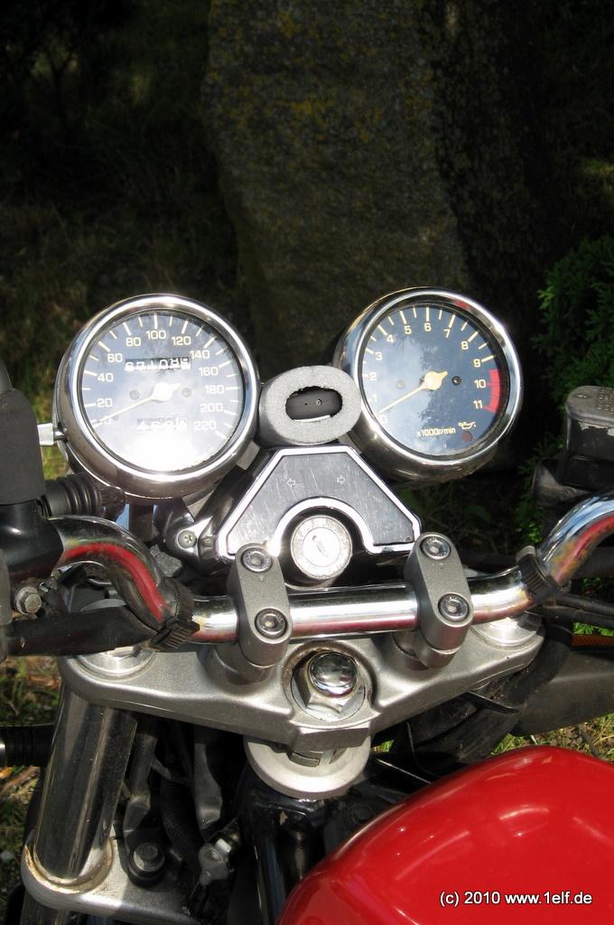 Zwischen den Uhren zum Fahrer hin gerichtet